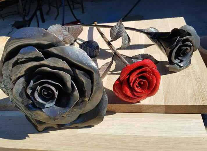 3 magnifiques roses en fer forgé